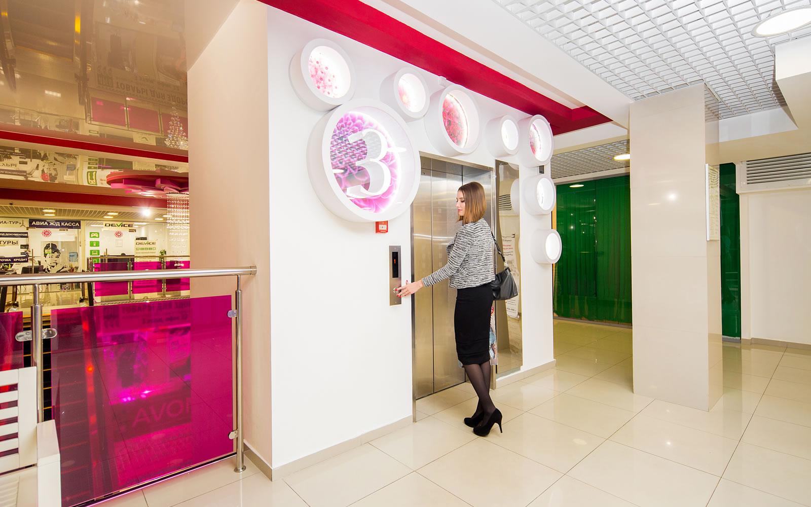 В лифтовой зоне навигационные указатели подчеркивают бренд торгового центра «Цветной парк»