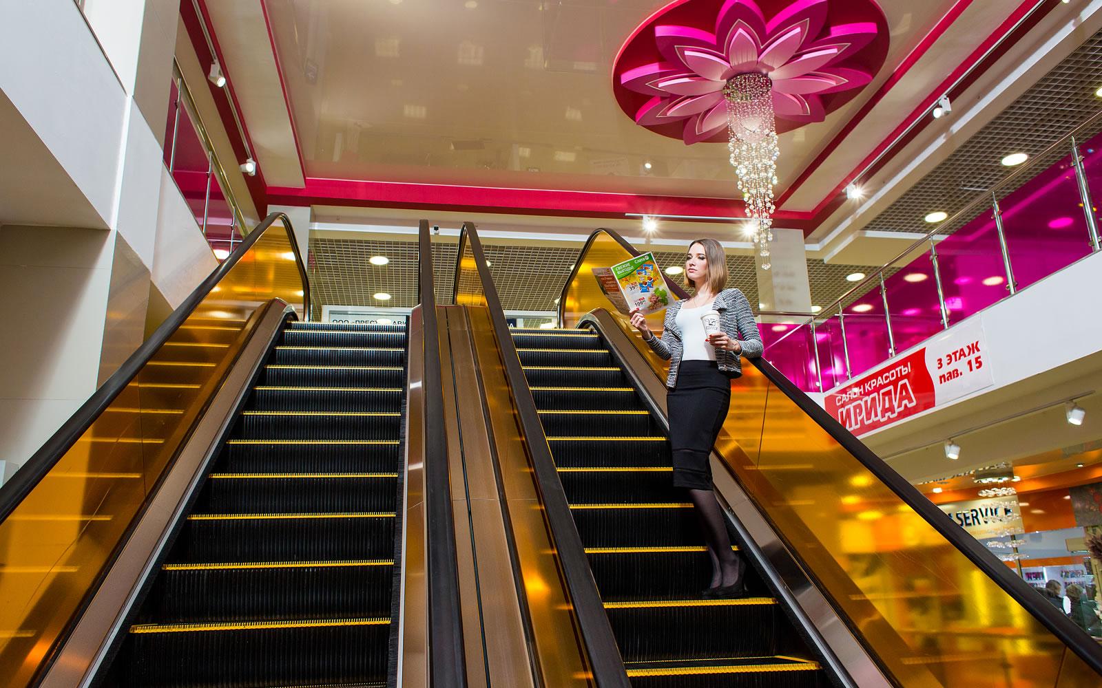 Цветочная тема дизайна интерьера подчеркивает бренд торгового центра «Цветной парк»