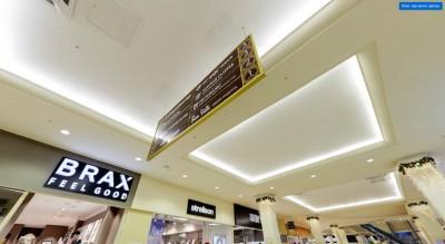 Вертикальный навигатор в интерьере торгового центра
