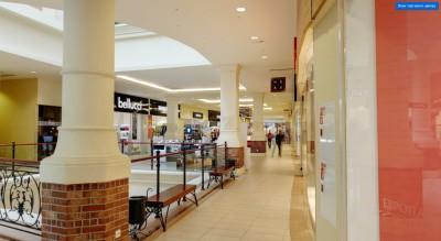 Навигационный указатель туалетной комнаты хорошо заметен из галереи и деликатно вписывается в интерьер торгового центра