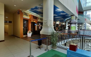 Навигационные таблички санузла в интерьере торгово-развлекательного центра