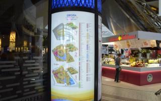 Карта-схема освещается внутренней подсветкой, а сменная часть рубрикатора торгового центра находится под стеклом