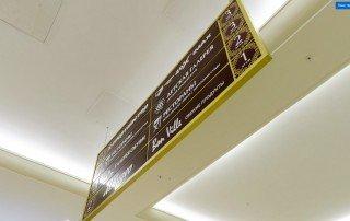 Вертикальный навигационный указатель со сменными табличками якорных арендаторов