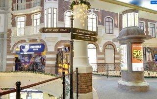 Карта-схема торгово-развлекательного центра выполнена в виде тумбы для театральной афиши